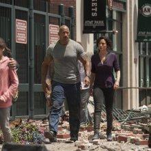 San Andreas: Dwayne Johnson con Carla Gugino in una scena del disaster movie