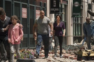 San Andreas: Dwayne Johnson con Carla Gugino in una scena del disaster movie