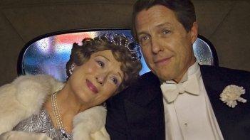 Florence Foster Jenkins: Meryl Streep e Hugh Grant eleganti e abbraccia in una scena