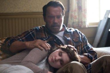 Arnold Schwarzenegger e Abigail Breslin in una scena di Contagious