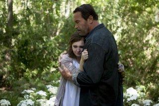Arnold Schwarzenegger con Abigail Breslin in una scena del film 'Contagious'