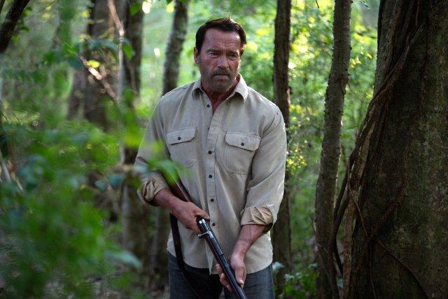 Arnold Schwarzenegger in una scena dell'horror Contagious