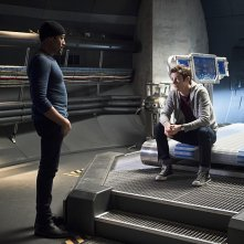 The Flash: Jesse L. Martin e Grant Gustin in una scena dell'episodio Fast Enough