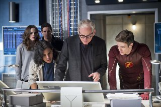 The Flash: Danielle Panabaker, Carlos Valdes, Robbie Amell, Victor Garber e Grant Gustin in Fast Enough
