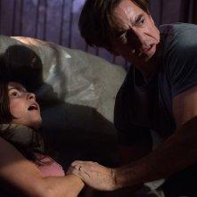 Insidious 3 - L'Inizio: Dermot Mulroney con Stefanie Scott in una drammatica scena dell'horror
