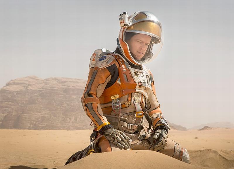 Sopravvissuto - The Martian: Matt Damon inginocchiato nel deserto di sabbia