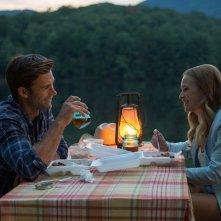 La risposta è nelle stelle: cena romantica tra Britt Robertson e Scott Eastwood in una scena del film