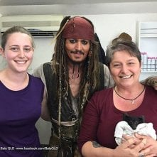 Johnny Depp sul set dei Pirati dei Caraibi 5 con le due responsabili di un 'rifugio per pipistrelli'