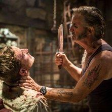 Wolf Creek 2 - La preda sei tu: John Jarratt con la sua vittima Ryan Corr in una scena del film