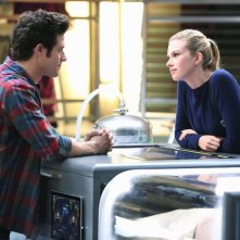 Stitchers: Kyle Harris ed Emma Ishta in una scena della puntata A Stitch in Time