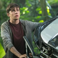 Jurassic World: Nick Robinson nei panni di Zach in una scena del film