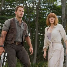 Jurassic World: Bryce Dallas Howard con Chris Pratt in una scena d'azione del film
