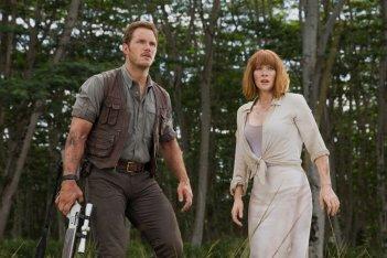 Jurassic World: Bryce Dallas Howard con Chris Pratt in una scena d'azione del film