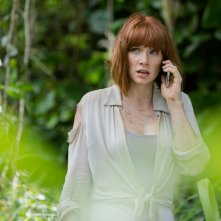 Jurassic World: Bryce Dallas Howard in un momento del film