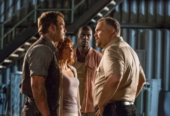 Jurassic World: Bryce Dallas Howard con Chris Pratt, Omar Sy e Vincent D'Onofrio in una scena del film