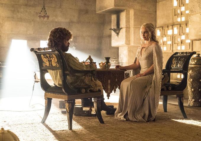 Il trono di spade: Peter Dinklage ed Emilia Clarke nella puntata Aspra dimora