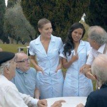 Le badanti: le badanti Samantha Castillo, Nadiah M.Din e Anna Jimskaya in una scena con i loro 'assistiti'