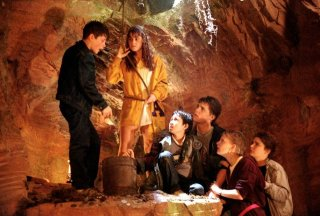 I Goonies: Sean Astin, Corey Feldman, Martha Plimpton, Josh Brolin, Kerri Green, Jonathan Ke Quan in una scena