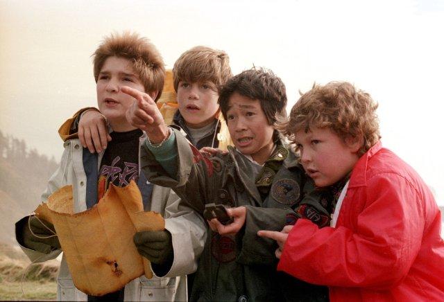 I Goonies: Sean Astin, Corey Feldman, Jeff Cohen e Jonathan Ke Quan in una scena