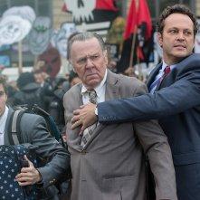 Affare fatto: Vince Vaughn insieme a Tom Wilkinson e Dave Franco in azione in un momento del film