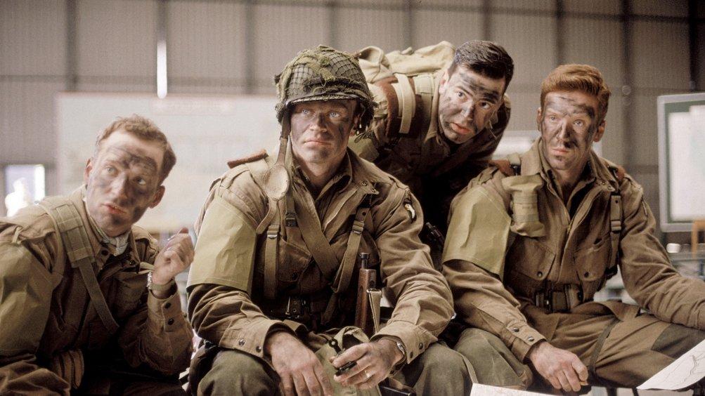 Band of Brothers: Damian Lewis e Ron Livingston in una scena della mini serie