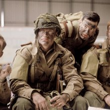 Band of Brothers: Damian Lewis e Ron Livingston in una scena della mini serie