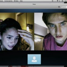 Unfriended: Shelley Hennig con Moses Jacob Storm in una terrificante scena del film horror