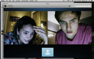 Unfriended: Shelley Hennig con Moses Jacob Storm in una terrificante scena del film horror