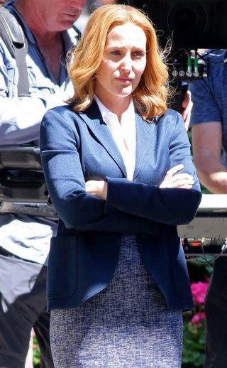 X-Files: Gillian Anderson a braccia conserte sul set