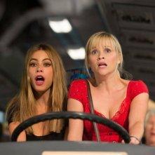 Fuga in tacchi a spillo: Reese Whiterspoon durante un'azione spericolata con Sofía Vergara in una scena del film