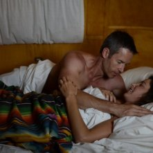 Guy Pearce e Cobie Smulders in una scena del film Results
