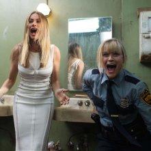 Fuga in tacchi a spillo: Reese Whiterspoon e Sofía Vergara in una concitata scena della commedia
