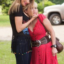 Fuga in tacchi a spillo: Reese Whiterspoon e Sofía Vergara si abbracciano affettuosamente in una scena della commedia action