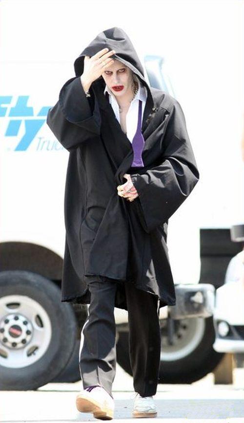 Suicide Squad: un incappucciato Jared Leto vaga per il set