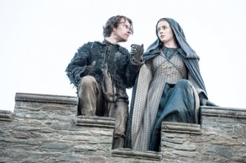 Il trono di spade: Alfie Allen e Sophie Turner in Mother's Mercy