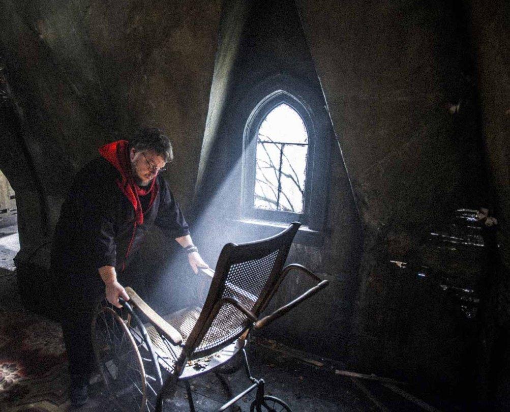 Crimson Peak: Guillermo del Toro sistema una sedia a dondolo