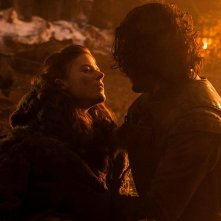 Il trono di spade: Kit Harington e Rose Leslie nell'episodio The Watchers on the Wall