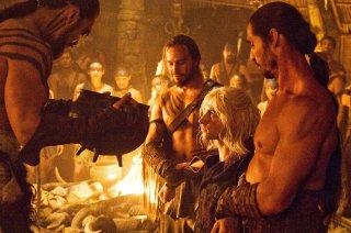 Harry Lloyd e Jason Momoa nell'episodio La corona d'oro de Il trono di spade
