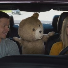 Ted 2: Amanda Seyfried con Mark Wahlberg e Ted in una scena del film
