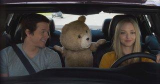 Ted 2: Amanda Seyfried con Mark Wahlberg e Ted in una scena del film