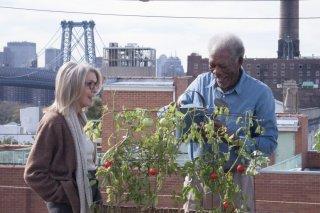 Ruth & Alex - L'amore cerca casa: Morgan Freeman e Diane Keaton sulla loro terrazza in una scena del film
