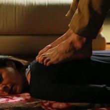 Noi siamo Francesco: Elena Sofia Ricci si gode un massaggio rilassante in una scena del film
