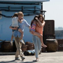 No Escape - Colpo di stato: Owen Wilson e Lake Bell in una scena del film