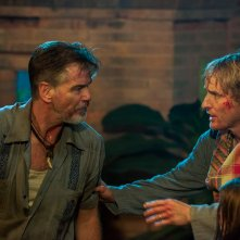 No Escape - Colpo di stato: Owen Wilson e Pierce Brosnan in una scena