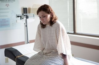 Contagious: Abigail Breslin in ospedale dopo il 'contagio' in una scena del film