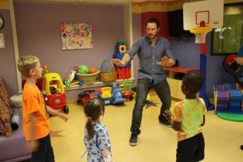 Chris Pratt ricrea una scena di Jurassic World con i piccoli pazienti del Lake Children's Hospital
