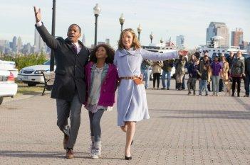 Annie - La felicità è contagiosa: Jamie Foxx con la piccola Quvenzhané Wallis e Rose Byrne in una scena del film