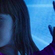 Poltergeist: Kennedi Clements nei panni di Madison in una scena del film horror