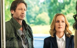 X-Files: David Duchovny e Gillian Anderson in una scena della serie