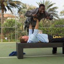 Duri si diventa: Will Ferrell si allena sollevando Kevin Hart in un momento del film comico